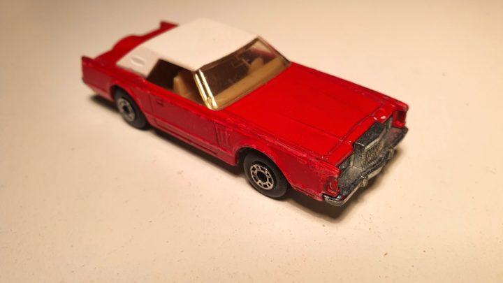 Lincoln Continental MkV от Matchbox #28 видны многочисленные сколы краски